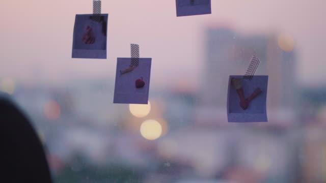 diy: asiatiska kvinnor dekorerar hem med foto - fotoram bildbanksvideor och videomaterial från bakom kulisserna