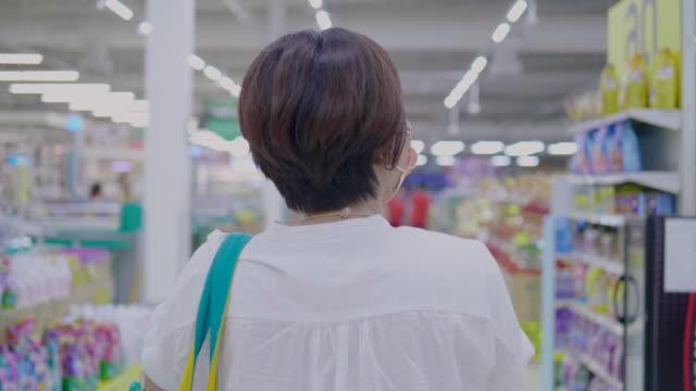 vídeos y material grabado en eventos de stock de mujeres asiáticas van de compras en supermercados - snack aisle