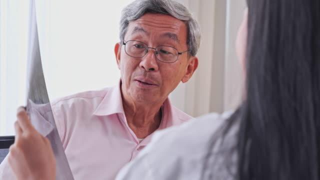 検査室で患者を画像化する映画のx線でレンダリングされたアジアの女性の治療、医療専門家による健康診断を受けるシニアアジア人男性、医療従事者による健康診断を受けるシニアアジア人 - 心臓点の映像素材/bロール