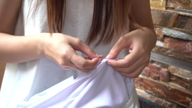 vídeos de stock e filmes b-roll de asian women sewing a white shirt by hand - puxar cabelos