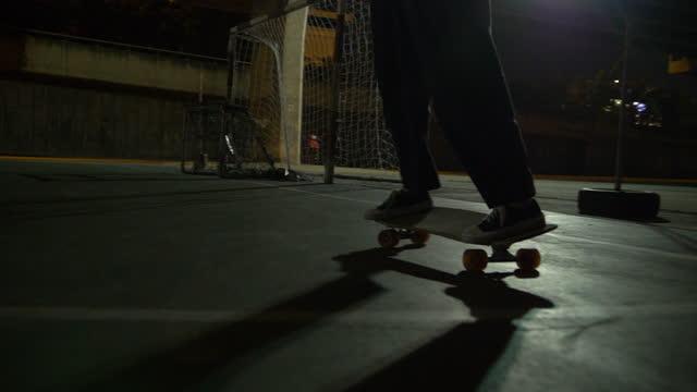 azjatyckie kobiety na łyżwach na lodowisku w nocy - łyżwa filmów i materiałów b-roll
