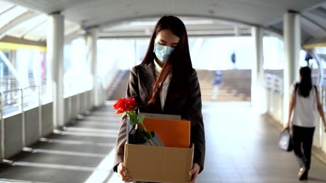 코비드 바이러스 위기에서 아시아 여성 실업 19 - unemployment 스톡 비디오 및 b-롤 화면
