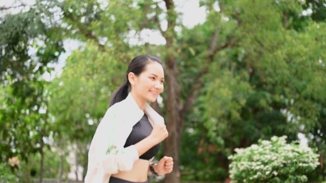 asiatiska kvinnor klädd i grått långärmad skjortor, svarta byxor kör för hälsa - tävlingsdistans bildbanksvideor och videomaterial från bakom kulisserna