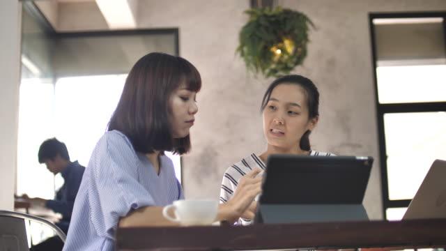 カフェ ビジネス プロジェクト研究スローモーションでアジア系の若い人 - 空白点の映像素材/bロール