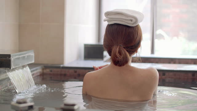 asiatiska ung kvinna avkopplande och massera i varma våren - japanese bath woman bildbanksvideor och videomaterial från bakom kulisserna