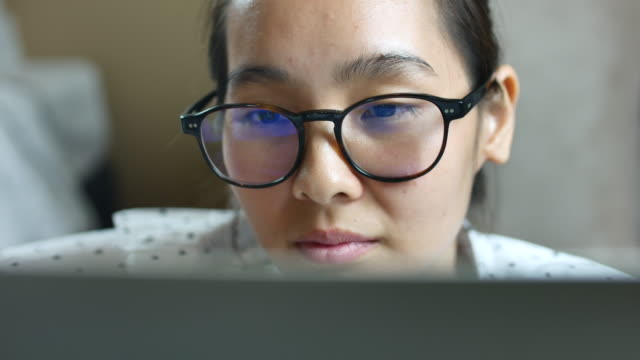 Écran d'observation asiatique jeune femme, reflet dans les verres - Vidéo