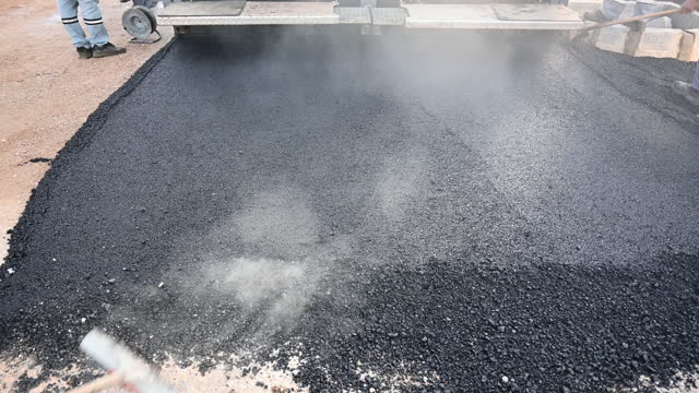 asphaltverlegung einer neuen schicht - asphalt stock-videos und b-roll-filmmaterial