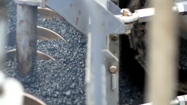 asphaltverlegung. straßenbau - asphalt stock-videos und b-roll-filmmaterial