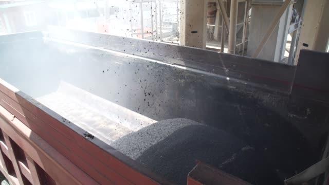 vídeos de stock e filmes b-roll de asphalt-concrete plant. construction of roads - alfalto