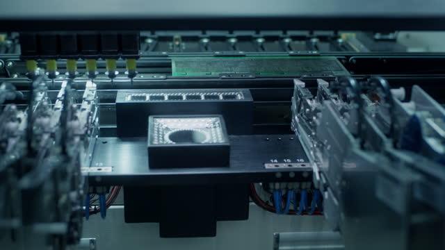 vídeos de stock, filmes e b-roll de montagem da placa de circuito de computador: máquina automática de seecolhê-lo e colocar durante o trabalho. - exatidão