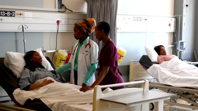 bedömning av patientens status - vårdklinik bildbanksvideor och videomaterial från bakom kulisserna