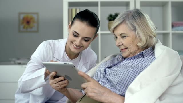 vídeos de stock, filmes e b-roll de lar de idosos - assistência à terceira idade