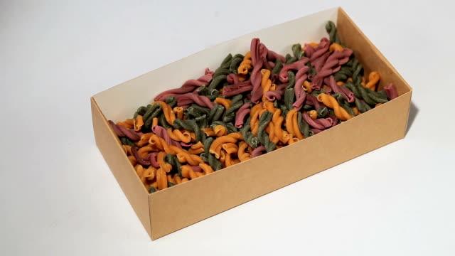 vidéos et rushes de assortiment de différentes sortes de pâtes dans une boîte de papier - spaghetti bolognaise