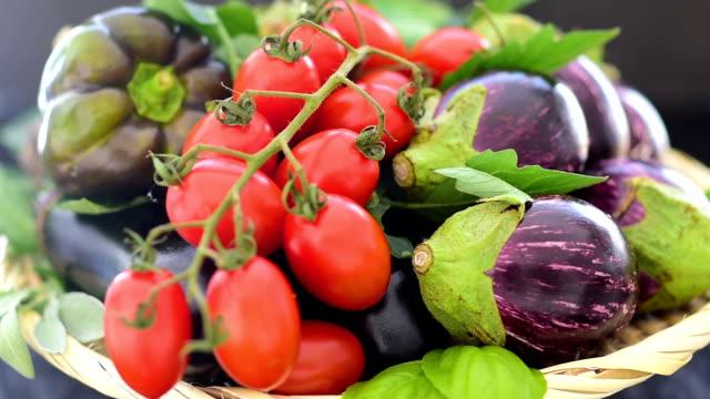 新鮮な季節の野菜とハーブの盛り合わせ。 - グルテンフリー点の映像素材/bロール