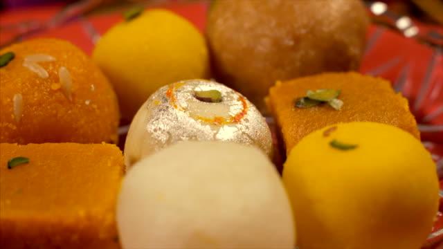 vídeos y material grabado en eventos de stock de surtido de dulces indios / mithai guardado en un plato para festival indio - postre