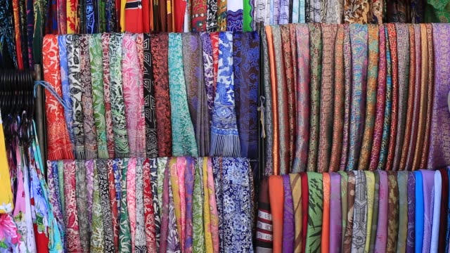 sortiment färgglada saronger till salu i lokala marknaden, ön bali, indonesien - sarong bildbanksvideor och videomaterial från bakom kulisserna