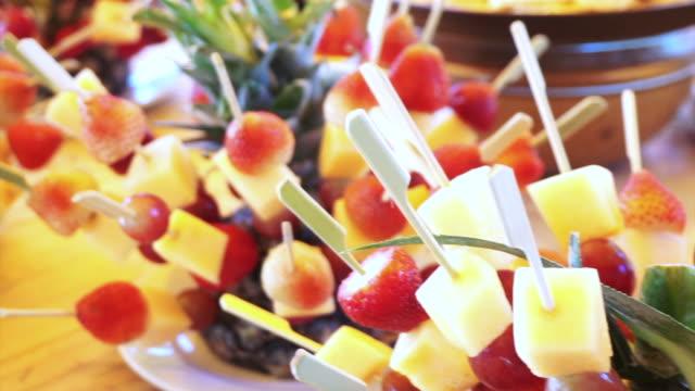 assortimento di ristorazione a a buffet. stuzzichini frutta tropicale per cocktail partito antipasti - antipasto video stock e b–roll
