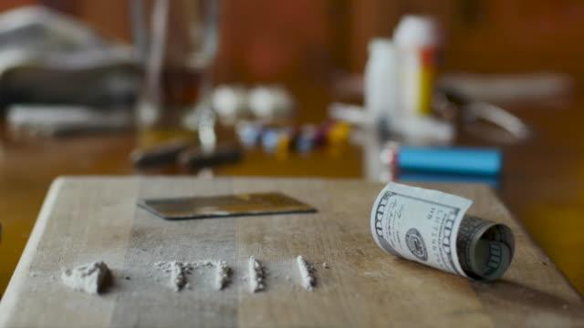 sortiment av illegala droger som representerar missbruk och missbruk - rackfokus - amfetamin pills bildbanksvideor och videomaterial från bakom kulisserna