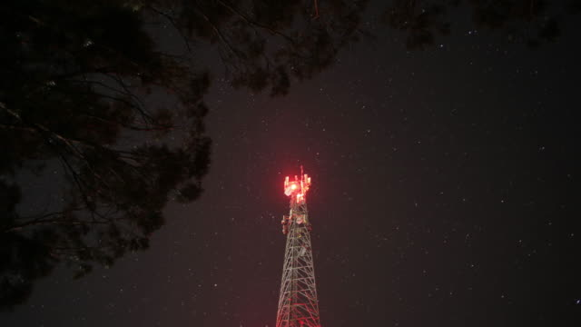 stockvideo's en b-roll-footage met astro time-lapse met communicatie toren astro time-lapse met communicatie toren astro time-lapse met communicatie toren - waarschuwingssignaal