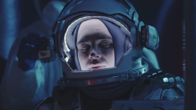 astronaut und wissenschaftler testen raumanzug - raumanzug stock-videos und b-roll-filmmaterial