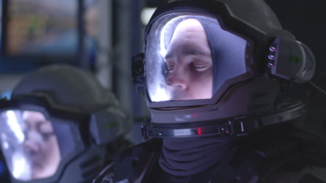 astronaut erlebt schmerzen beim raketenstart - raumanzug stock-videos und b-roll-filmmaterial
