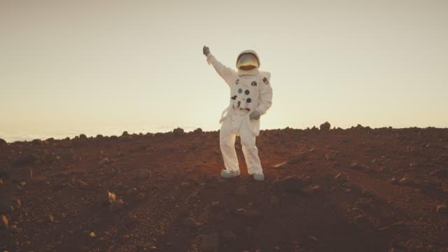 астронавт получать groovy на марсе - space background стоковые видео и кадры b-roll