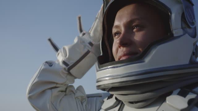 astronaut öffnet helm auf dem mars - raumanzug stock-videos und b-roll-filmmaterial