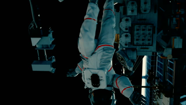 iss에 우주 비행사입니다. 현실적인 4k 애니메이션입니다. - 카피 공간 스톡 비디오 및 b-롤 화면