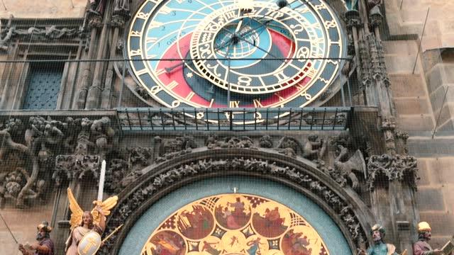 l'orologio astronomico è la principale attrazione turistica nella piazza centrale di praga. - barocco video stock e b–roll