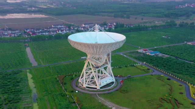 vídeos de stock, filmes e b-roll de radiotelescópio astronômico. - antena parabólica