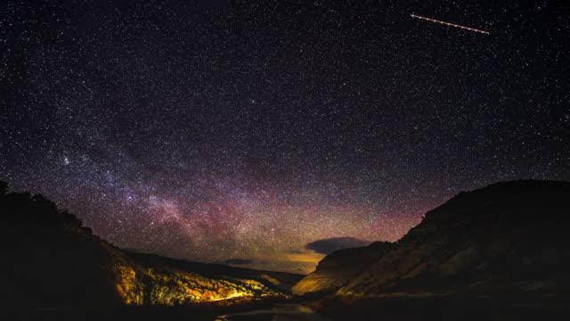 vídeos y material grabado en eventos de stock de astrofotografía paisaje time lapse - estrella del norte