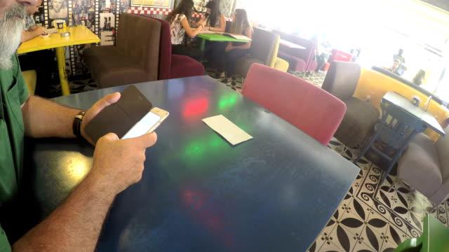 vídeos de stock e filmes b-roll de de café - coffee table