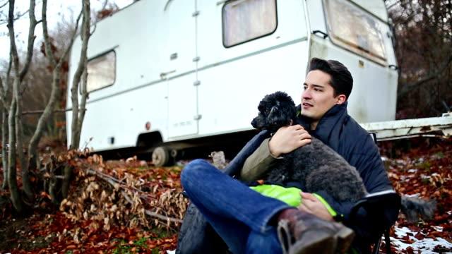 stockvideo's en b-roll-footage met op de camping met mijn beste vriend - caravan