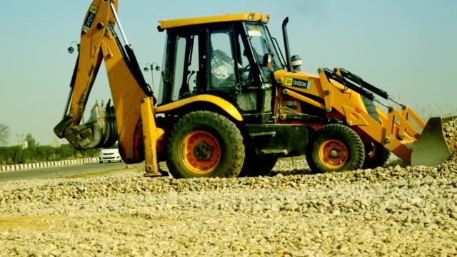stockvideo's en b-roll-footage met jcb op bouwplaats - shovel