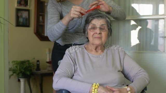 vídeos de stock, filmes e b-roll de em casa cuidador - higiene