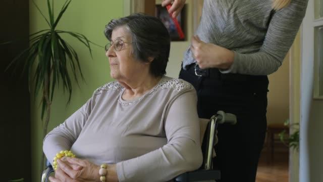 at home caregiver - prendersi cura del corpo video stock e b–roll