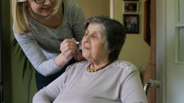 stockvideo's en b-roll-footage met thuis verzorger - gezondheidszorg beroep