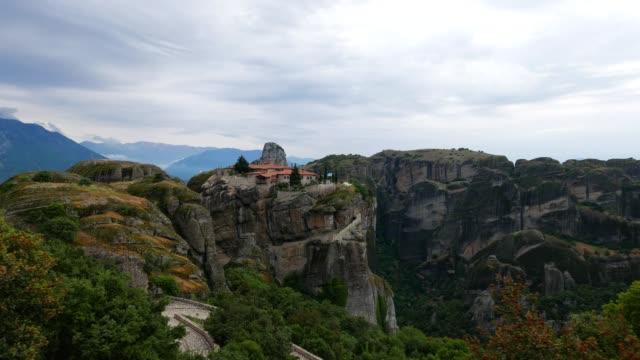 pov vid meteora-klipporna, springtime över meteora klostren platsen, berömda platser i grekland, resmål, världsarv - pilgrimsfärd bildbanksvideor och videomaterial från bakom kulisserna