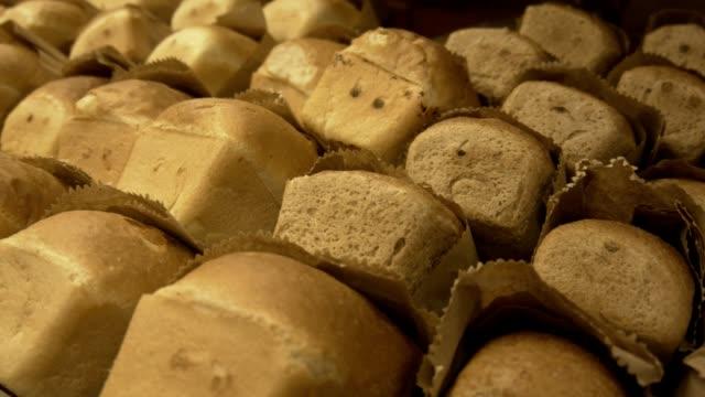 「ベーカリー」。棚、パンの白のパン - 食パン点の映像素材/bロール