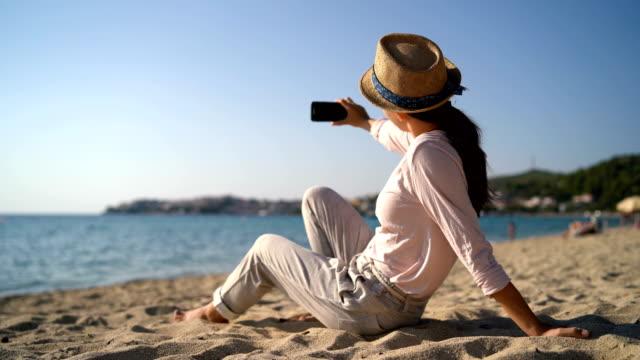 am strand - schwarzes haar stock-videos und b-roll-filmmaterial