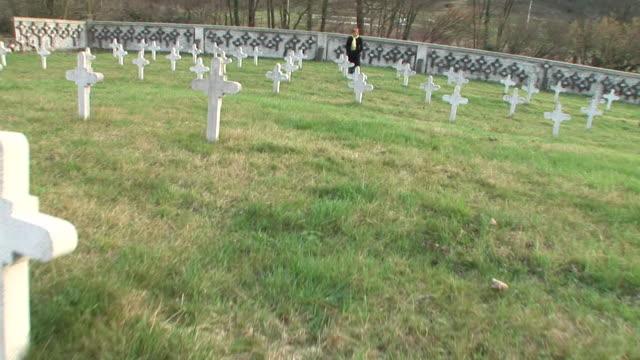 vidéos et rushes de steadycam hd : dans le cimetière - première guerre mondiale