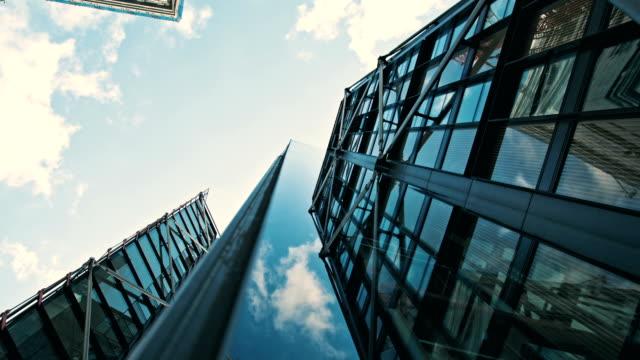 vidéos et rushes de au pied des gratte-ciels, en levant 2 - vue en contre plongée verticale