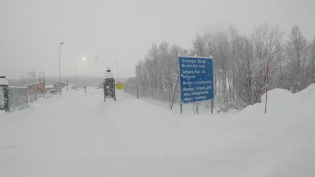 stockvideo's en b-roll-footage met ws bij de noorwegen-russische grens - fence
