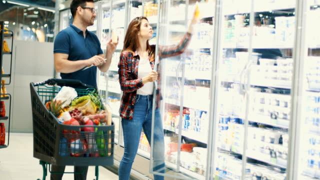 vídeos de stock e filmes b-roll de at the supermarket - congelador