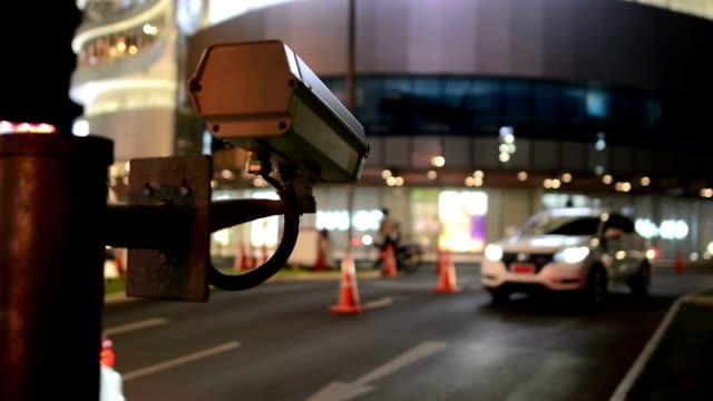 cctv nachts den verkehr - überwachungskamera stock-videos und b-roll-filmmaterial