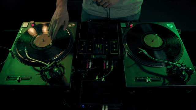 dj al lavoro - giradischi video stock e b–roll