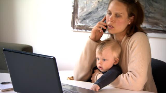 Au travail. Travail de la mère avec bébé. - Vidéo