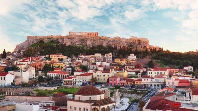 stockvideo's en b-roll-footage met athene-panoramisch uitzicht op het monastiraki plein en de akropolis, griekenland, time lapse - athens