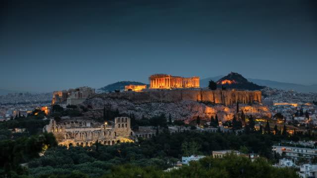 vídeos de stock, filmes e b-roll de atenas com acropolis em greece-dia ao lapso de tempo da noite - atenas grécia