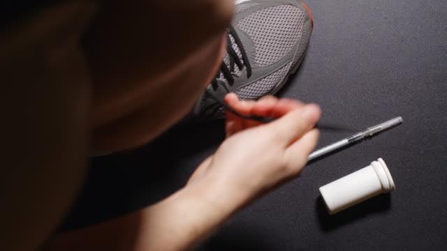 doping: atlet bir ayakkabı elbise ve bir hap alır - doping stok videoları ve detay görüntü çekimi